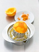 Orangenkuchen: Orangensaft auspres- sen, Orangenschale abreiben, Step 2