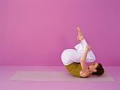 Pilates - Rolling like a Ball: Knie anziehen, abrollen, Step 2