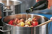 Fleisch, Kalbsjus: Mit Weißwein ablöschen, Tomaten, Step 6