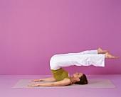 Pilates - Roll Over: Rückenlage, Beine über Kopf öffnen, Step 4