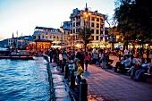 Menschen an Uferpromenade in Ortaköy abends, beleuchtet