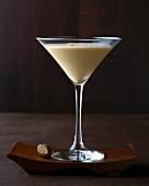 Brandy Alexander: Brandy mit Kakaocreme & Muskatnuss im Martiniglas