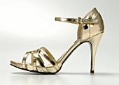 Freisteller: Stiletto mit Plateau- sohle, gold