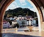 Portugal: Städchen Sintra am Hang, Brunnen, still, idyllisch