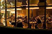 Gäste essen und trinken, Restau- rant Fond, Göteborg, Schweden