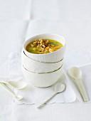 Kartoffel-Aprikosen-Suppe mit Croutons und Pinienkerne