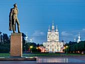 St. Petersburg: Smolni-Kathedrale, Denkmal Lenin, abends, beleuchtet
