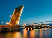St. Petersburg: Newa, Schiffe, Brücke hochgezogen, abends, Lichter