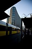 Berlin: Bahnhof Friedrichstraße, Straßenbahn, Hochhaus.