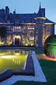 Belgien: Schloß-Hotel Le Manoir de Lébioles, abends, beleuchtet