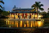 Thailand: Khao Lak, Luxushotel Saro- jin, Eingang, abends, Lichter