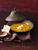 Linsen-Kokossuppe mit Naan-Brot