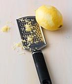 Expressbacken, Mit einer Reibe Zitronenschale abreiben