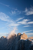 Österreich, Steiermark, Berggipfel, blauer Himmel, Wolken