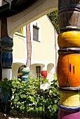 Steiermark: Hotel Rogner Bad Blumau, Säulen, aussen