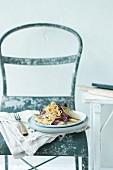 Tagliatelle mit Chicoree auf Stuhl im Shabby Chic
