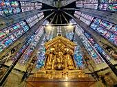 Aachen, Karlsschrein und Fenster mit Glasmalerei im Aachener Dom
