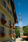 Deutschland, Allgäu, Maibaum vor einem Gasthof