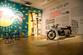Exponat mit Motorrad im KUMU Museum in Tallinn