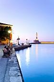 Kreta: Hafenstadt Chaniá, Promenade, Leuchtturm, Dämmerung, beleuchtet