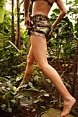 Frau geht barfuss durch den Urwald, Bewegungsunschärfe