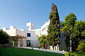 Barcelona: Museum Fundació Joan Miró Gebäude weiss, Himmel blau