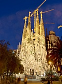Barcelona: Basilika Sagrada Familia, Geburtsfassade, abends, beleuchtet