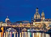 Sachsen: Dresden, Stadtansicht, Altstadt, Brücke, abends beleuchtet