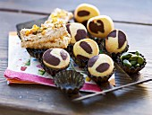 Marbled biscuits and pistachio nuts sticks