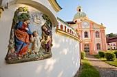 Sachsen: Kloster Marienthal, Fassade aussen, Gottesbilder