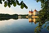 Sachsen: Schloss Moritzburg, See, ruhig, malerisch