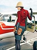 Frau steht an einer offenen Flugzeug Tür, Schulterblick