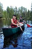Ein Paar paddelt in Schweden auf dem Fluss Fulan