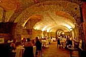 Italien, Piemont, Gewölbe im Restaurant 'Da Guido di Costigliole