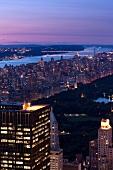 New York: Blick von oben über Manhattan mit Fluss im Hintergrund