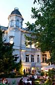 Bremen: Ostersteinweg, Restaurant Villa, aussen, Menschen, abends