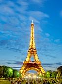 Paris: Titel, Eiffelturm beleuchtet, abends, Menschen