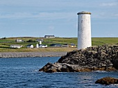Irland: Inishbofin, Häuser, Meer, Felsen, Turm weiss.