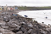 Irland: Lahinch, Co Clare, Strand, Surfer, herbstlich.