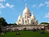 Paris: Blick auf Sacré-Coeur, Fassade, blauer Himmel