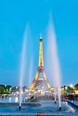 Paris: Eiffelturm beleuchtet, abends Wasser, Fontäne