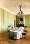 Schwetzingen: Schloss, Speisesaal, Tisch gedeckt, Wände grün