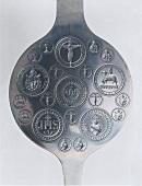 altes Hostieneisen mit christlichen Symbolen JHS für Jesus