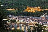 Heidelberg: Karl-Theodor-Brücke, Schloss, beleuchtet, abends.