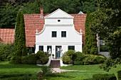 Worpswede: Barkenhoff, Eingang, Gebäude weiss, Touristen
