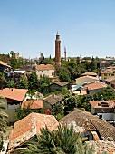Antalya: Blick über Dächer, Yivli- Minare-Moschee, blauer Himmel