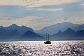 Antalya: Berglandschaft, Meer, Boot, malerisch.