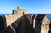 Anamur: Mamure Kalesi, Burgruine, Mauer, sonnig, Himmel blau