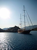 Antalya: Berglandschaft, Segelboot, blauer Himmel, sonnig.