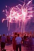 Bremen: abends, Feuerwerk, Menschen.